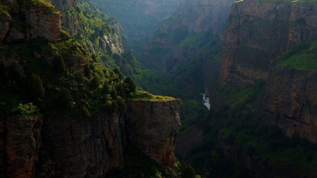 【夢占い】崖が出てくる夢の意味とは?「崖の夢」の意味徹底解説