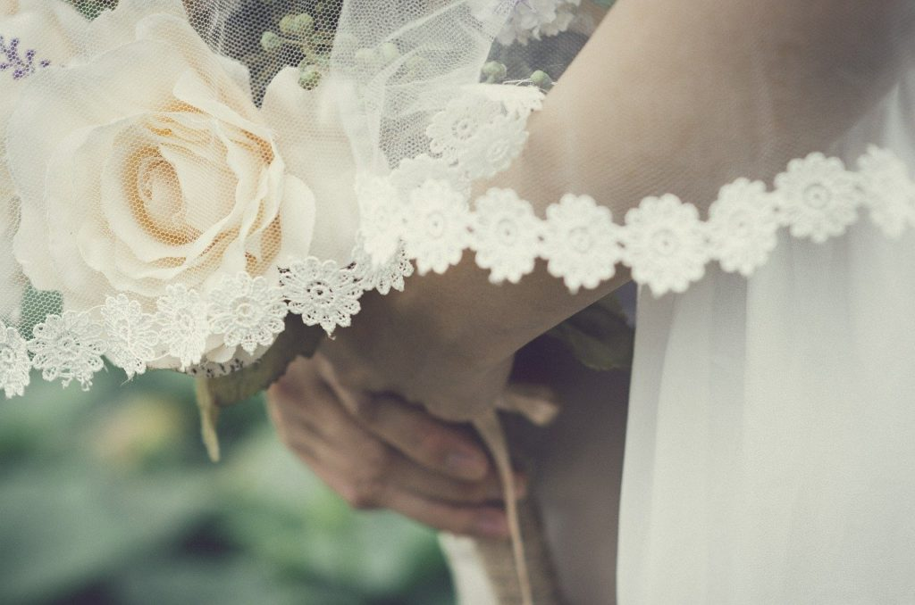 プロポーズ後が肝心。婚約から結婚式、入籍までの流れをまるっと解説!