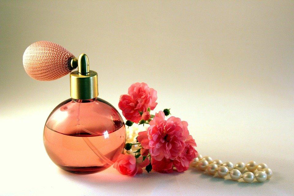 上品な香りがポイント!40代での香水の選び方&おすすめ香水特集