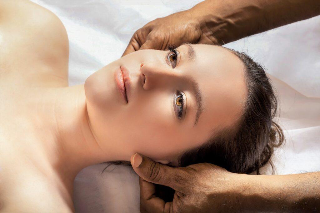 たるみの原因は頭皮!?女性の悩みを解決する「頭皮マッサージ」の効果♡
