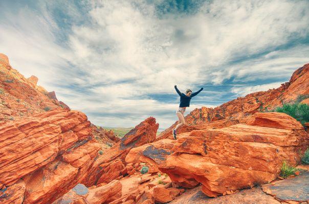 【夢占い】飛び降りる夢を見たときの暗示・意味とは?